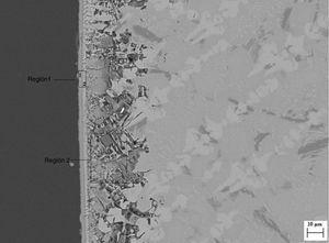 Imagen MEB del material procesado a 25mm/h (M25) tras el ensayo de bioactividad. Región 1, incluyendo capa 1 (HA), capa 2 (sílice amorfa) y región 2.