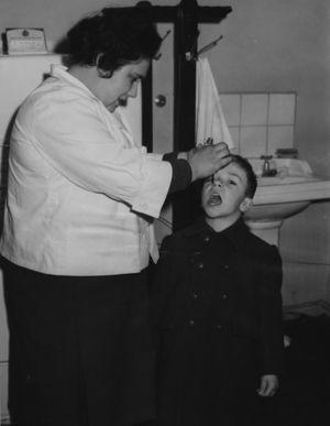 Campaña de vacunación antipoliomielitis en la segunda mitad del siglo xx. © 2010 Colección Museo Nacional de Medicina. Facultad de Medicina, Universidad de Chile.