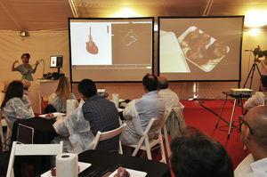 Se observan las 2 pantallas donde se proyectaba de manera simultánea las imágenes ecocardiográficas transesofágicas desde el simulador y en la otra pantalla las imágenes anatómicas por los alumnos guiados por el cardiocirujano experto en anatomía cardíaca.