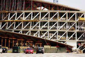 Side view of the outer truss during construction of the structural roof slab: note that the diagonals remain straight at the junction with bottom and roof slabs.