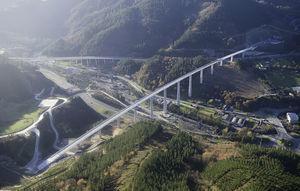Imagen del viaducto sobre el río Deba concluido.