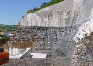 Excavación de la cimentación de P-10, con bulones y gunitado de las laderas.