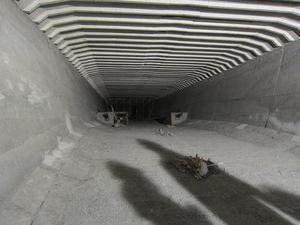 Vista del interior de la sección transversal con los anclajes de pretensado de positivos al fondo.