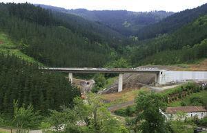 Imagen del viaducto sobre el arroyo de Olzaileko.