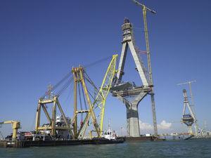 Colocación de dovelas de arranque sobre el pilono situado en el mar con la ayuda de una cabria.