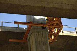 Sujeción de la estructura metálica auxiliar a la pila de hormigón.