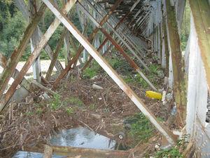 Acumulación de suciedad en el interior de un cajón de un puente ferroviario.