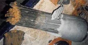 Tirante con hilos paralelos roto a proximidad del anclaje inferior.