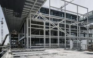 Estructura metálica exterior y escaleras de evacuación.
