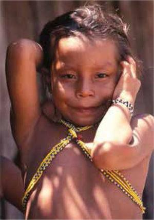 Retrato de una niña Yanomami, quién seguramente no va a desarrollar hipertensión, si mantiene el régimen de alimentación ancestral con menos de 0.5g de sal y alrededor de 5.8g de potasio.