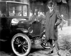 Henry Ford. Ford Modelo T. Autor: Ford Motor Company. Dominio público Wikimedia Commons.