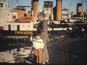 Eduardo Fuenzalida con un nieto en el puerto de Buenos Aires (Cortesía de la Familia Fuenzalida Ruiz).