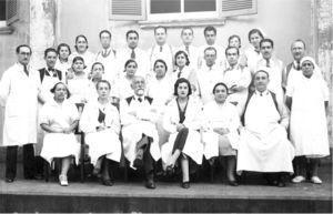 Dr. Frías como ayudante en la Clínica Quirúrgica del Prof. Dr. Lucas Sierra. Es el segundo de derecha a izquierda en la seguna fila (con permiso).