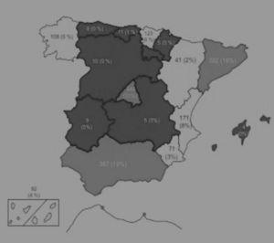 Gráfico que muestra un mapa de España con la distribución geográfica de la cirugía de las CC en las distintas comunidades autónomas (CCAA) durante el año 2016: en gris claro se muestran las CCAA con > 10% de actividad&#59; en blanco las CCAA con actividad entre 1-10%&#59; en gris oscuro las CCAA con < 1% actividad en CC. Se detallan en la casilla de cada comunidad tanto los números absolutos de la cirugía de CC como el porcentaje respecto del total de cirugía de CC española.