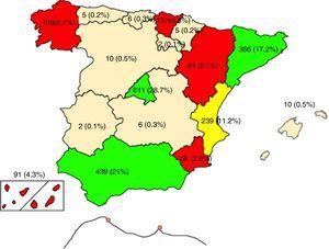 Gráfico que muestra un mapa de España con la distribución geográfica de la cirugía de las CC en las distintas comunidades autónomas (CCAA) durante el año 2017: en gris claro se muestran las CCAA con > 15% de actividad (Andalucía, Cataluña y Madrid); en gris oscuro las CCAA con actividad entre 1-15% (Valencia; País Vasco, Galicia; Canarias, Murcia y Aragón); y en blanco las CCAA con < 1% actividad en CC. Se detallan en la casilla de cada comunidad tanto los números absolutos de la cirugía de CC como el porcentaje respecto del total de cirugía de CC española.