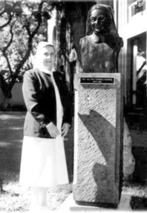 Sor María Suarez Váquez frente al busto de la madre Cerisola, ambas directoras de enfermería del Instituto Nacional de Cardiología Ignacio Chávez.