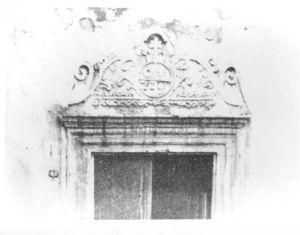 La doble cruz, símbolo de la afiliación al archihospital romano de Santo Spirito, en la fachada de la iglesia del Hospital de San Juan de Dios, en Pátzcuaro, Mich.