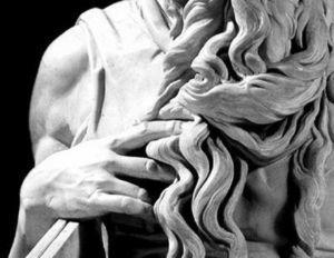 Nódulos de Garrod en el segundo, tercer, cuarto y quinto dedos de la mano derecha en el Moisés de Miguel Ángel.