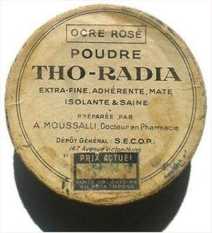 Container for a cosmetic powder from the Tho-Radia laboratory. The label emphasizes that the product has excellent cosmetic properties. The word healthy (saine) is used in the description. https://www.picclickimg.com/d/l400/pict/222857405424_/THO-RADIA-POUDRE-exceptionally-rare-French-compact-powder-Ocre.jpg.