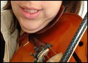 Interposição do violino entre o corpo da mandíbula e o ombro.