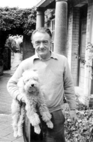 Archie en el jardín de su casa, Ca 1956 17.