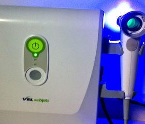 VELScope® emite luz fluorescente con la que se ilumina la cavidad oral; al verse a través de un filtro se pueden identificar lesiones en la mucosa oral que no se perciben con la exploración oral convencional con luz blanca.