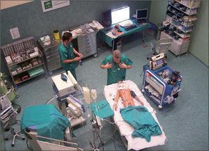 Sala de simulación. Dotada de todo el material necesario para la asistencia de pacientes críticos, monitor multiparamétrico, ventilador convencional, desfibrilador, bombas de infusión, fármacos, etc. En ella se encuentra el simulador PediaSim, cuyas características principales se especificaron en la tabla 2.