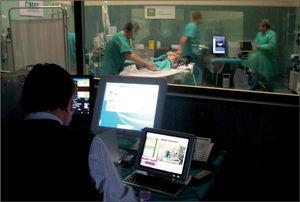 Sala de control. Uno de los docentes controla el desarrollo de la simulación. Se encuentra adjunta a la sala de simulación, separada por un espejo unidireccional. En ella está todo el control informático del simulador.