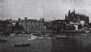 Vista marítima de La Lonja donde se celebró la exposición comercial. Detrás, la catedral (España Médica. 1914&#59;4(119):10).