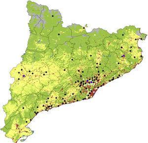Mapa de usos de suelo de Cataluña con la localización y número de casos de enfermedad de Kawasaki. Los colores de los rombos representan lo siguiente: blanco: más de 50 casos&#59; azul: 11-25 casos&#59; verde claro: 2-10 casos&#59; negro: un caso. En cuanto a los usos de suelos el verde denota bosques, claros y vegetación húmeda, el gris arenales, nieve y suelos improductivos, el amarillo cultivos y el rojo núcleos urbanos e industriales (los datos de usos de suelo se obtuvieron de la Generalitat de Catalunya, Departamento de Medio Ambiente y Vivienda).