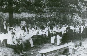 Members of Ezkuadra Zarra with Fermin Calbeton (July 23, 1911). Source:Armeria Eskola (2013).