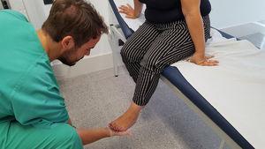 Realización del test de Shetty simulando la bipedestación en el pie afectado.