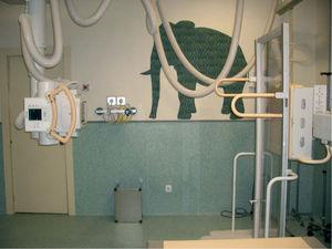 Disposición de la sala de radiología para la exploración de telemetría de extremidades inferiores. El estudio se realiza en bipedestación y la distancia tubodetector es de 250cm.