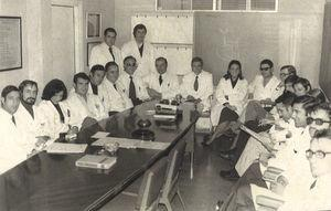 Dr. Luis Estrada with his team at the Hospital Nuestra Señora de Covadonga in the mid-1970s; on the blackboard, a diagram can be observed of the Whipple procedure. In front is Professor Enrique Martínez Rodríguez.