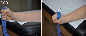 – Trabajo de fortalecimiento tras la reparación artroscópica del fibrocartílago triangular. A) Potenciación con gomas elásticas del pronador cuadrado. B) Potenciación del músculo extensor carpi ulnaris (ECU).