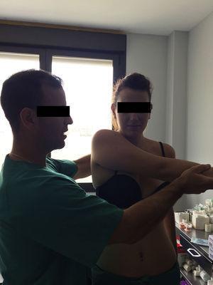 Test de cross-arm adduction: se evalúa el hombro en flexión y addución máxima para valorar dolor en la AAC.