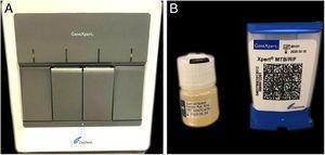 Materiais para análise pelo método Xpert MTB/RIF®. (A) Aparelho Gene Xpert® que analisa as amostras. (B) Solução tampão para tratamento da amostra e cartucho para contenção do material e reagentes a serem processados no aparelho.